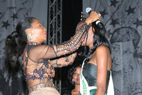 Winner, Miss Nigeria 2010, Damilola Agbajor,Nike Oshinowo-Soleye, Crowning her.