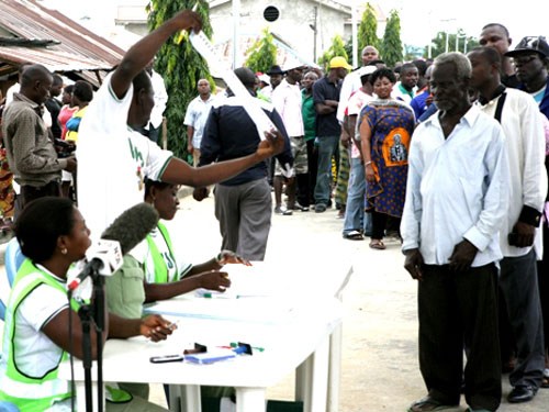INEC OFFICIAL LECTURING THE ELECTORATE ON THE BALLOT PAPER.