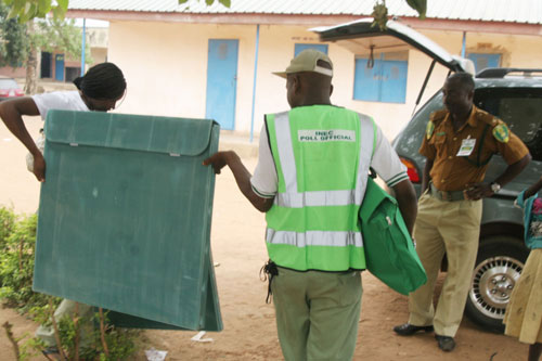 Officers, leaving the voters wards, after the cancelation of the Saturday 2, election.