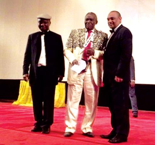 Olu Jacobs receiving his award