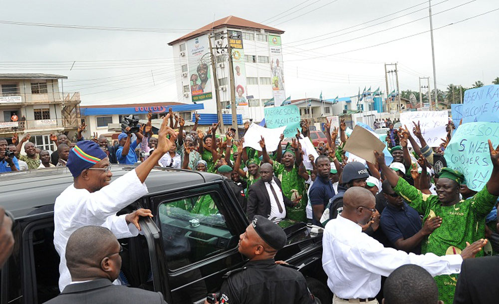 Osun State Governor, Ogbeni Rauf Aregbesola, acknowledging cheers from members of the Oranmiyan Worldwide during a solidarity procession in Osogbo, Osun State Capital on Tuesday 26-07-2011.