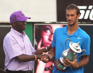 Fashola presnts trophy to the winner of the men's singles