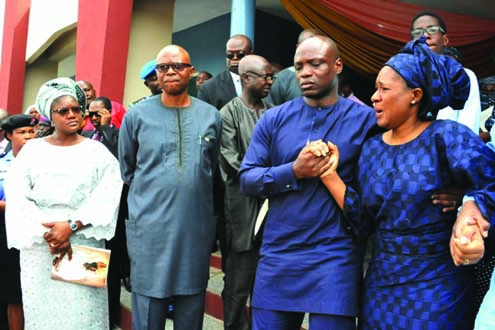 Ondo State Gov Segun Mimiko, Deji's widow and others during the funeral service