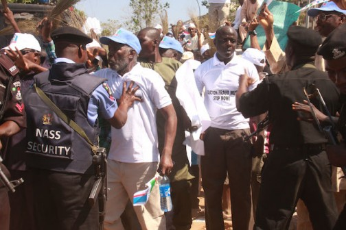 Policemen preventing the protesters in getting through to the INEC gate (2)