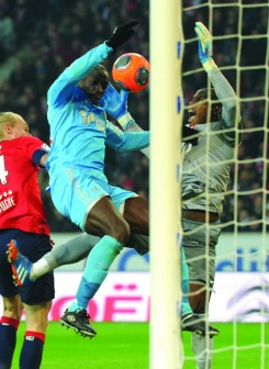 Marseille's Senegalese defender Souleymane Diawara (L) vies with Lille's Nigerian goalkeeper Vincent Enyeama during their French L1 football match Lille vs Marseille on December 3, 2013 at the  Pierre-Mauroy Stadium in Villeneuve-d'Ascq northern france.        AFP PHOTO PHILIPPE HUGUEN