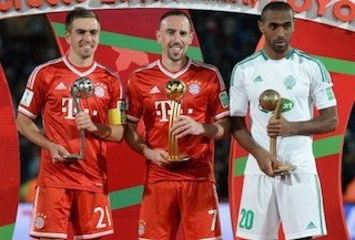Bayern Munich's German defender Philipp Lahm (L), Bayern's French midfielder Franck Ribery (C) and Raja Casablana's Moroccan striker Mouhssine Lajour pose with their individual trophies