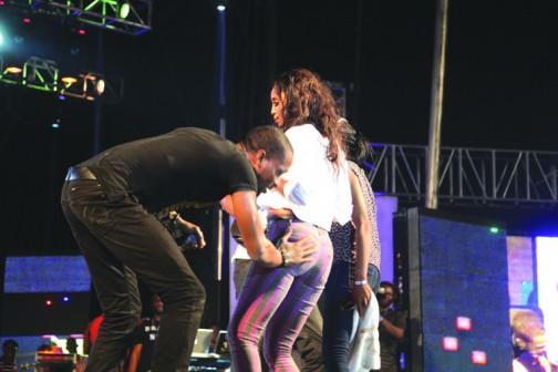 D'banj caresing a female fan bums during the Lagos Kuramo  Beach on New Year day