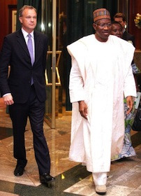 Nigerian President Goodluck Jonathan (R) walks alongside British Secretary of State for Africa, Mark Simmonds (L), at the presidential villa in Abuja on May 14, 2014 - AFP
