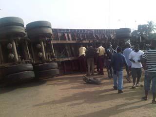 The trailer that  fell down at Apapa express