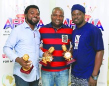 •Mike Dada (middle) with guests at the soiree