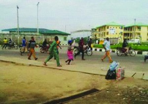 •Passers-by fleeing from bank robbery scene in Ikorodu this morning
