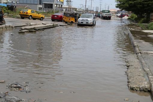 Vechiles struggle for the road. Photo. Idowu Ogunleye