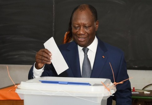 Ivorian President Alassane Ouattara casts his ballot in Cocody, a district of Abidjan, on October 25, 2015 AFP