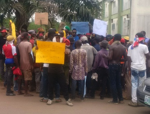Protesting local waste collectors