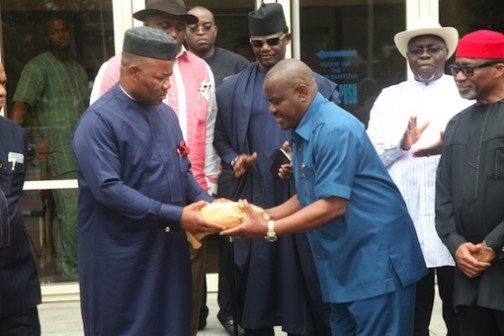 Governor Nyesom Wike receiving N1million on behalf of the family of late Samuel Okonta