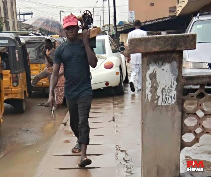 Ejika ni soobu, obioma, braves the rain @ Ile-Epo