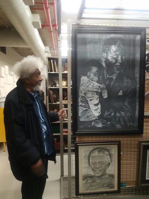 Soyinka admiring a photo of Nelson Mandela