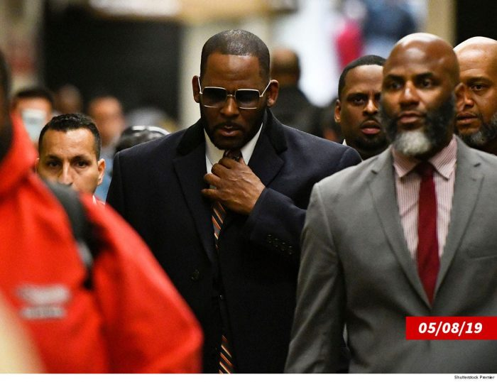 R.-Kelly-M-with-his-legal-team