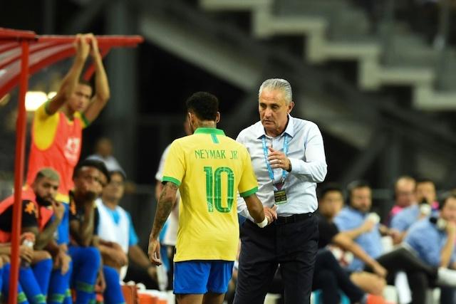 Neymar leaving the field in Singapore