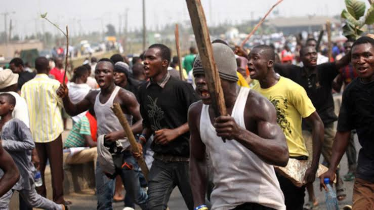Hoodlums invade Mile 12 area of Lagos.