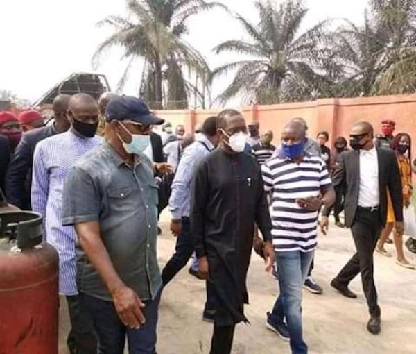 okowa middle with his aides at the Osadebe gas plant