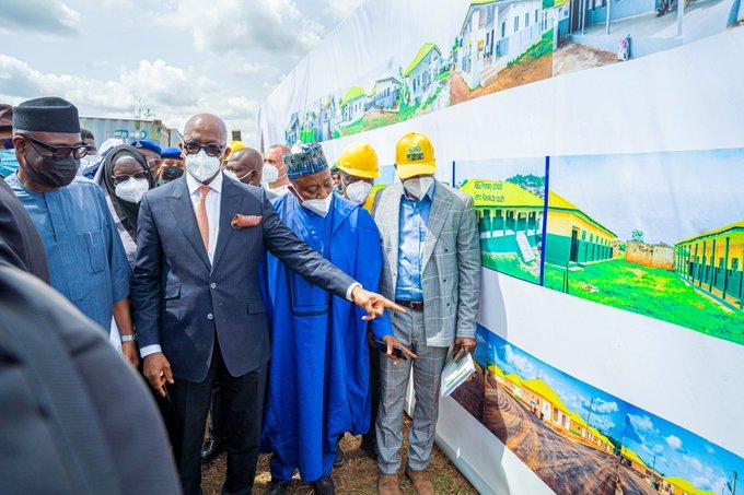 Abiodun with Niyi Adebayo and Senator Ailero, explains the new road being built to Agbara