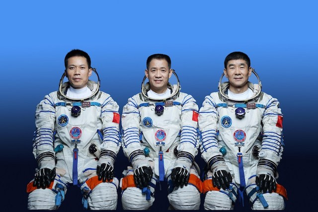 Chinese astronauts Nie Haisheng (C), Liu Boming (R) and Tang Hongbo