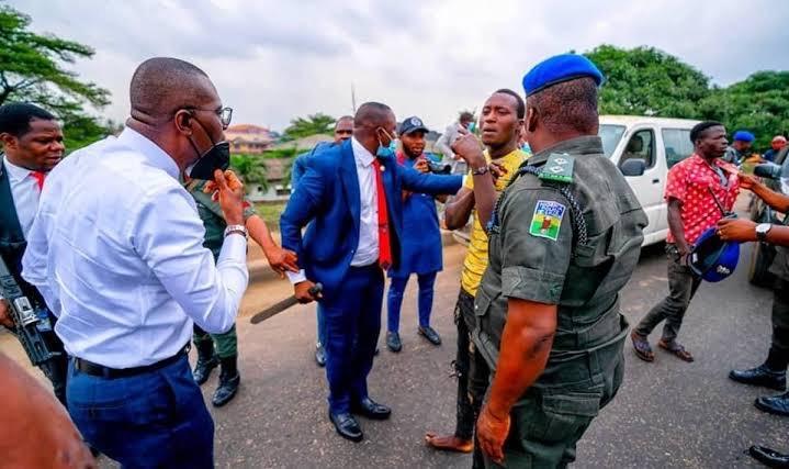 Governor Sanwo-Olu while arresting the traffic robbers in Ojota