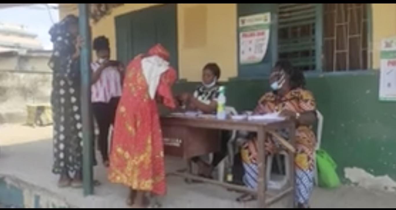 A woman votes at Adekunle in Yaba