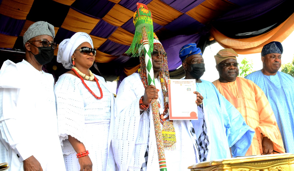 Governor Gboyega Oyetola; Olori Modupe Ogungbangbe; newly installed Owaloko of iloko-Ijesa, Oba Akeem Olusayo Ogungbangbe; former National Chairman All Progressive Congress (APC), Chief Adebisi Akande; Senator Iyiola Omisore and Speaker, Osun House of Assembly, Hon Timothy Owoeye, during the Coronation of Owaloko of iloko-Ijesa, Oba Akeem Olusayo Ogungbangbe, at iloko-Ijesa on Saturday