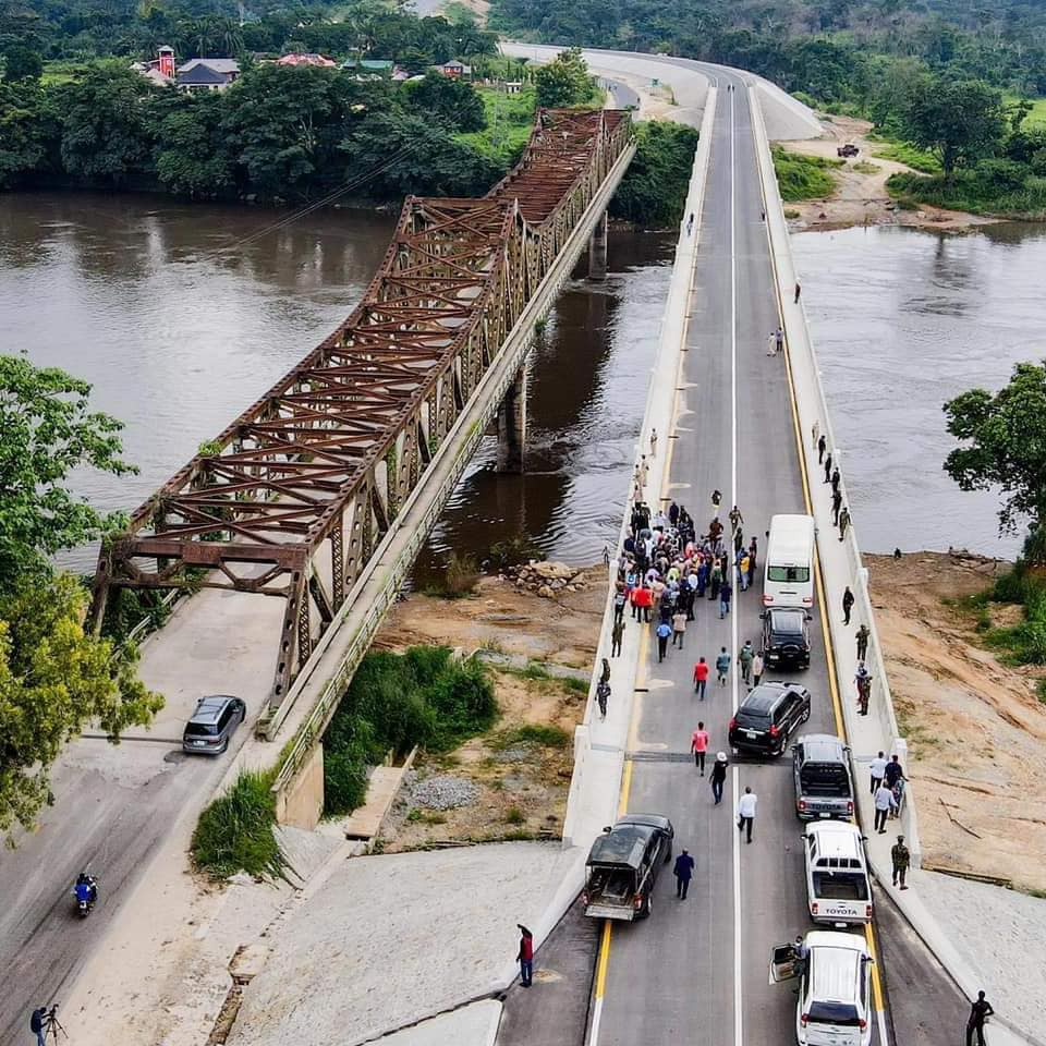 Fashola and his entourage at the border bridge with Cameroon in Ikom