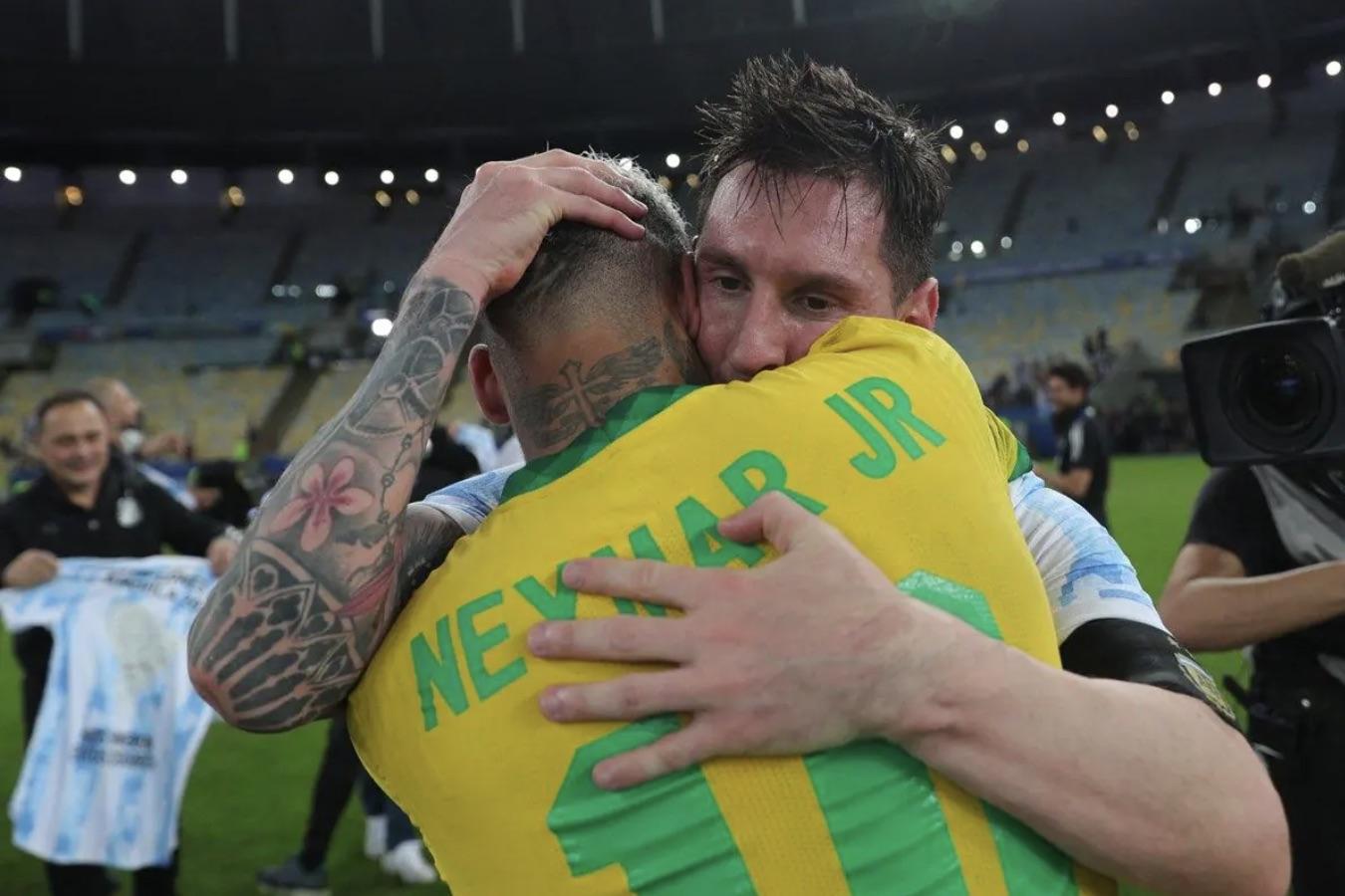 Messi consoles Neymar