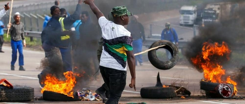 Rioters in South Africa over Jacob Zuma jailing. Photo BBC News