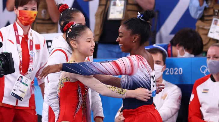 Simone Biles congratulates Guan who won the gold