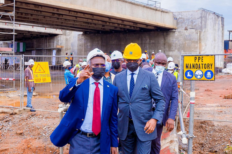 Fashola and Gov. Abiodun at the Lagos-Ibadan expressway on Wednesday