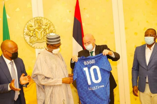 Infantino presents the striker's shirt to Buhari