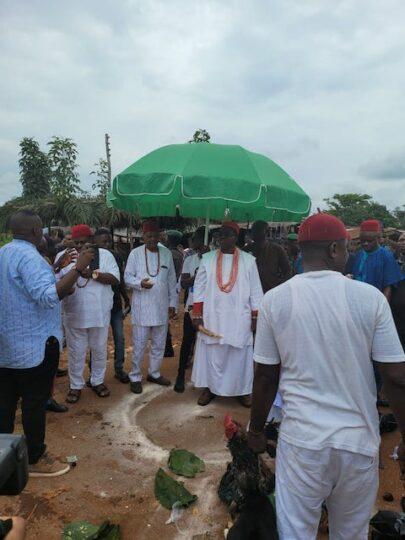 Obi Ifechukwude Aninshi Okonjo II during the visit to Otulu Ogwashi-Uku