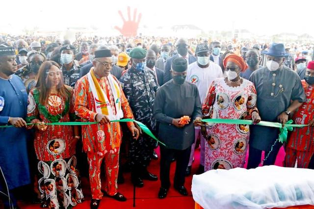Osinbajo opens the Dakkada Tower, with Gov. Udom Emmanuel on his right