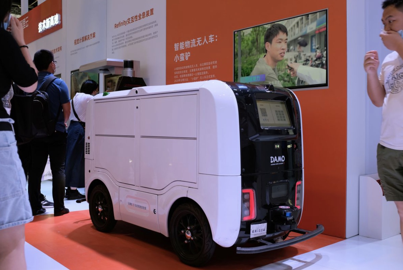 A delivery vehicle powered by AI made in China